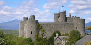 Harlech_Castle_with_Snowdon